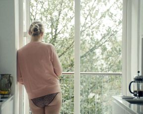 Amalie Lindegard Nude - Nyforelsket (2017)