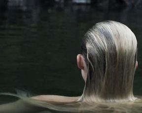Maika Monroe  nackt