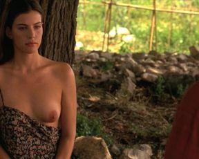 Liv Tyler, Rachel Weisz nackt – Stealing Beauty (1996)