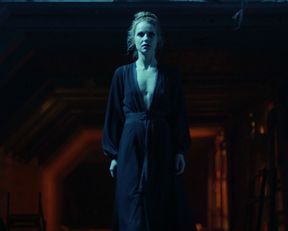 Gia Crovatin nude – Van Helsing s02e02 (2017)