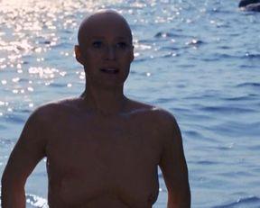 Trine Dyrholm nude – Den skaldede frisor (2012)