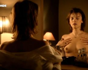 Agathe de La Boulaye nude – Petopless arrangements avec ma mere (2011)